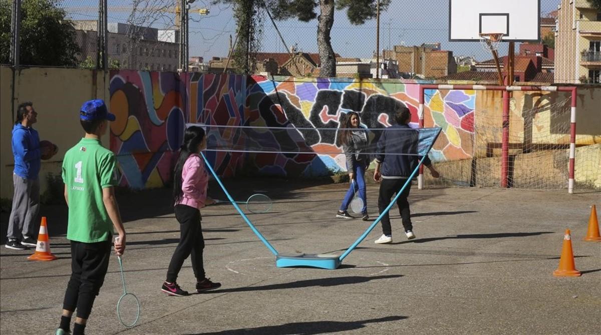 Un grupo de estudiantes en la escuela para jóvenes y adultos dela Fundació Acis en la calle de Molist, hace unos días.