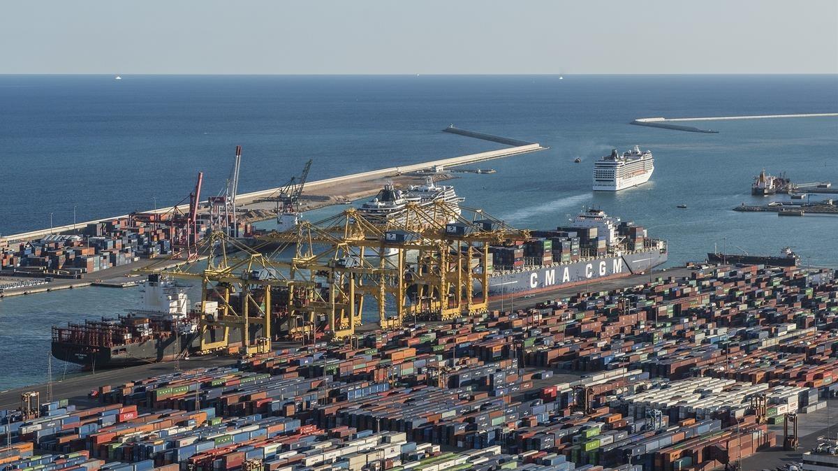 El muelle Adossat, al fondo, donde está prevista una nueva terminal de cruceros.