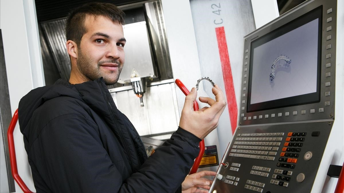 Oriol Morató en el taller donde fabrica piezas mecánicas de precisión.