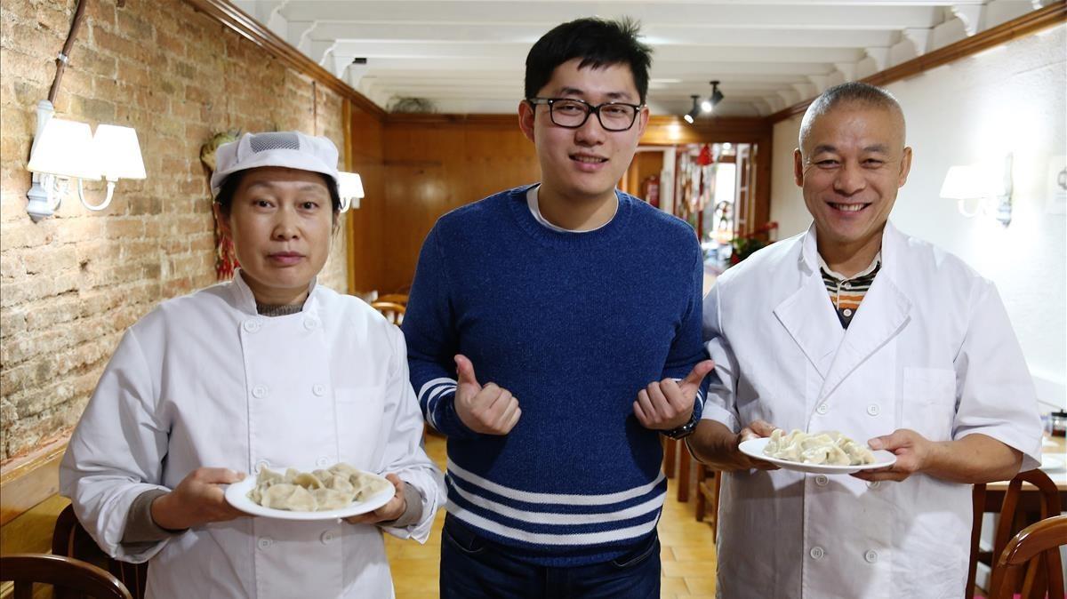 Wei, en el dilema de elegir entre dos platos, que sujetan sus padres, Xiu-Yan y Liw-U.