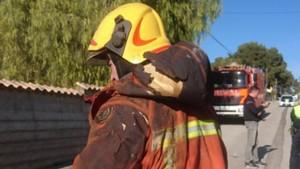 Los Bomberos trabajan en las inmediaciones de la vivienda donde se produjo el incendio, el viernes.