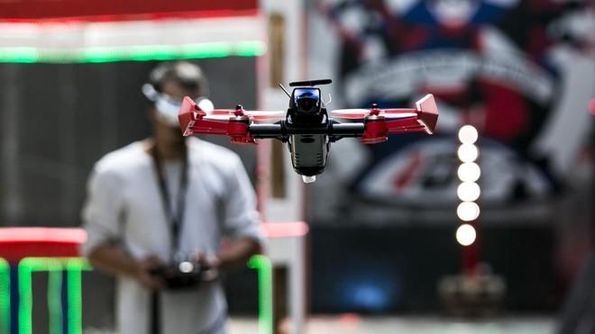 ¿Echamos unas lipos? Es la frase más repetida en el Indrone Park. Lipoes como se llama el material de las baterías de los drones. Se gastan en cuestión de minutos.