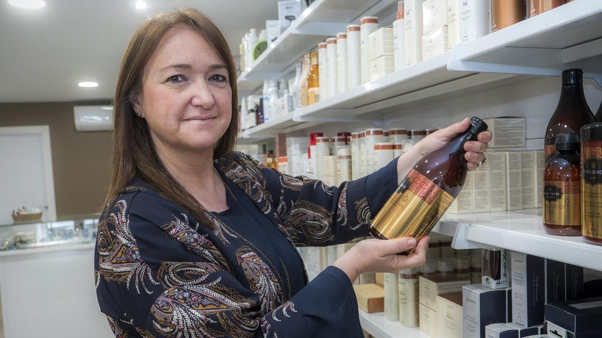 Sandra es la propietaria de Lorente, una tienda que vende al por mayor y al detalle productos de cosmética y peluquería.