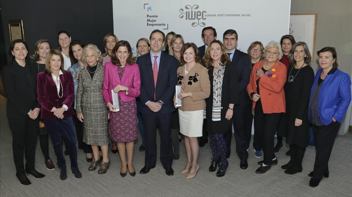 Gonzalo Gortázar, junto con las mujeres finalistas de la primera edición delPremio Mujer Empresaria CaixaBank.