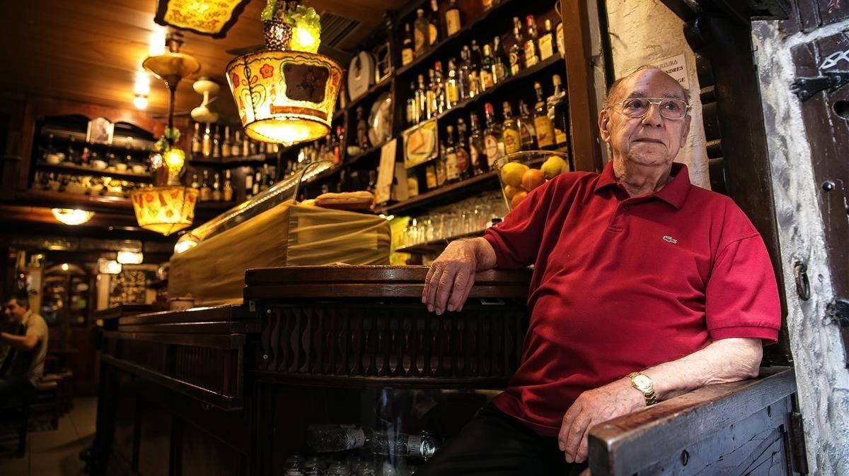 Antonio, el dueño del Mesón del Café, en su local.