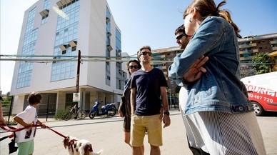 26 familias llevan más de siete meses esperando su piso de protección oficial en Barcelona