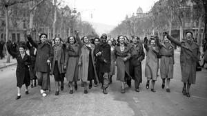 Un grupo de barcelonesas desfila con soldados del cuerpo marroquí por el paseo de Gràcia, el 27 de enero de 1939.