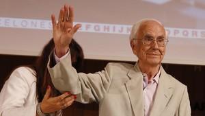 Josep Maria Espinàs, este lunes, en el homenaje recibido en el Ateneu Barcelonès.
