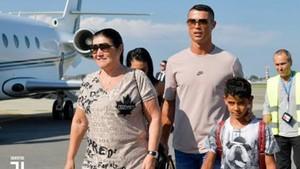 Cristiano, recién aterrizado en Turín, con su madre y su primogénito.