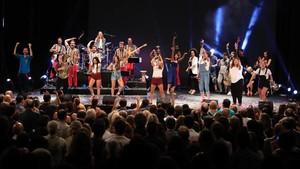 Guillem Albà (a la izquierda) junto a las animadas chicas de la Balkan Paradise Orchestra en un momento de la gala Catalunya aixeca el teló celebrada en el Coliseum.