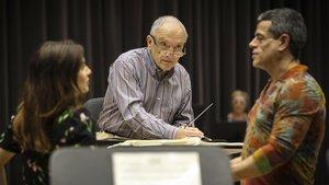 John DeMain durante unensayo de Candide en el Liceu.