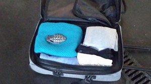 Imagen de la maleta con la hebilla de cinturóncon forma de granada que desatóla alarma en Sants y Atocha.