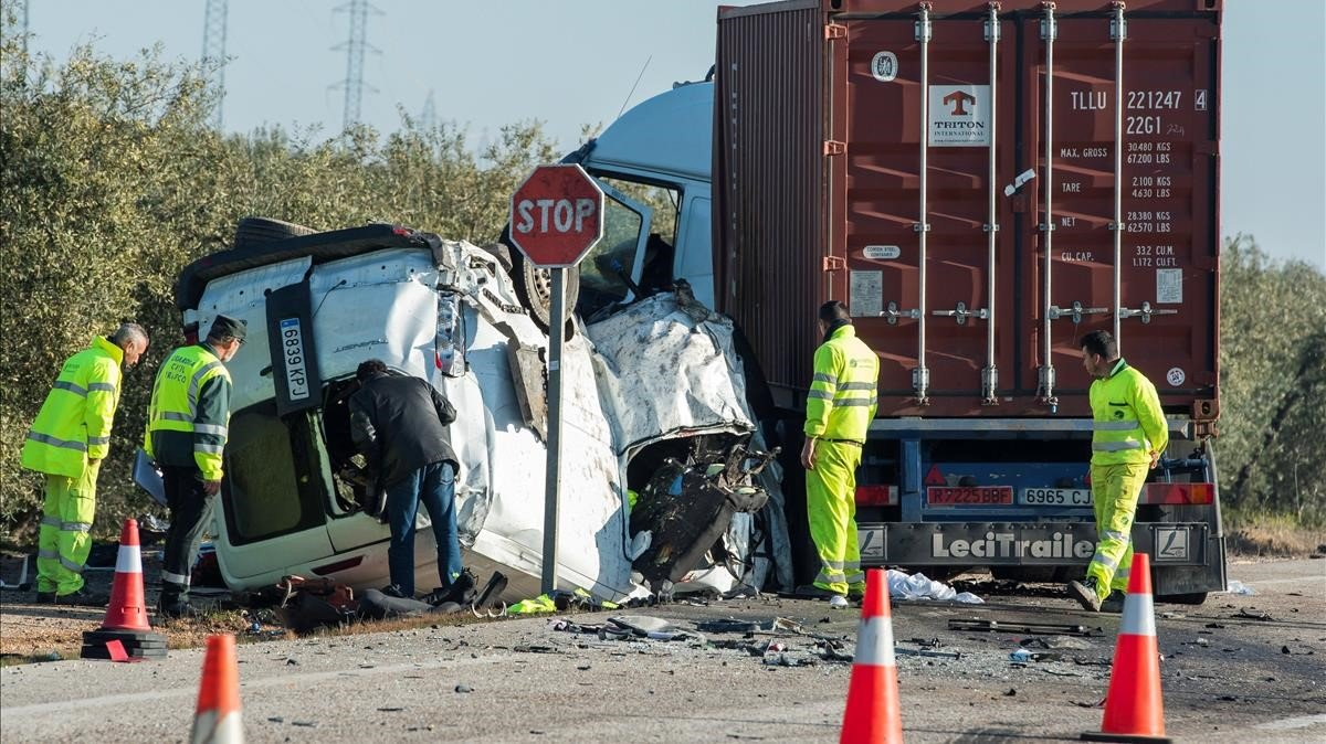 Estado en que quedó un vehículo tras un choque en la carretera A-394 en Utrera (Sevilla), el pasado febrero.