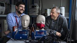 Fulvio Amato (izquierda) y Xavier Querol, investigadores del CSIC, con su dispositivo para estudiar la efectividad de las mascarillas para ciclistas.