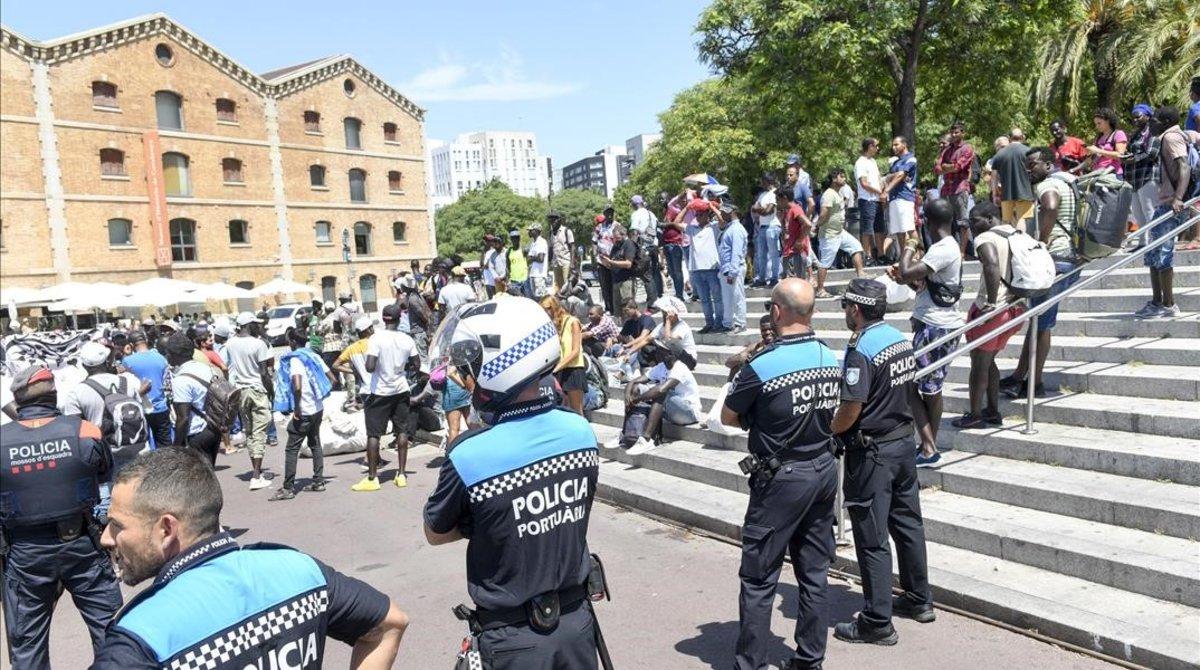 Dispositivo policial en la Barceloneta, esta semana.