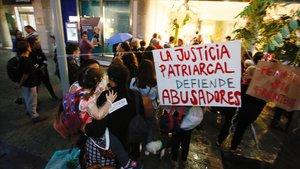 Concentración ante el Consulado de Uruguay en Barcelona en apoyo a la madre acogida en la sede diplomática.