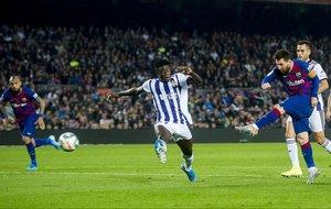 Messi dispara para anotar el cuarto gol del Barça ante el Valladolid.