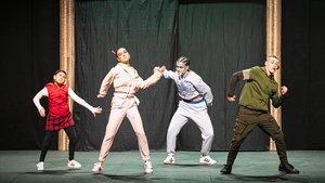 Los personajes de cuento Caperucita y Peter Pan y su reflejo como adultos, en un momento de la función.