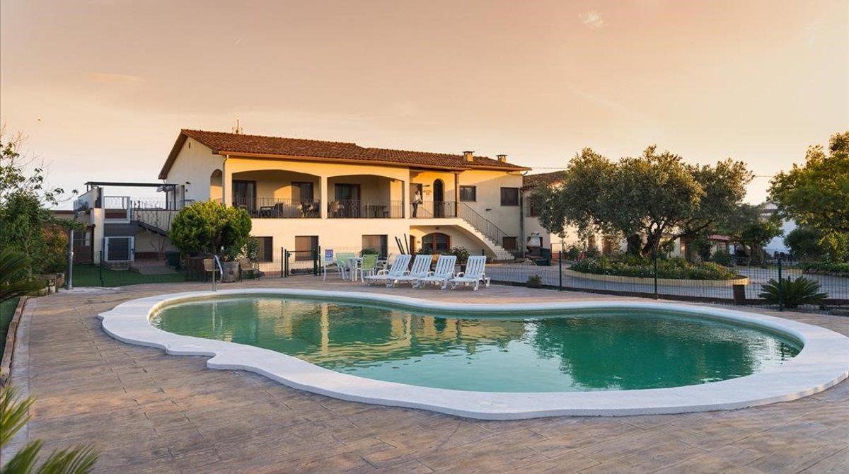 Can Gual es un establecimiento de turismo rural situado en el municipio de l'Ametlla del Vallès (Vallès Oriental).