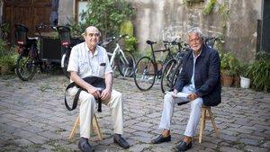 El escritor Manuel Llanas (izquierda) y Santi Mallafré, propietario de la librería Canuda, durante un encuentro en la sede de la editorial Comanegra, en Barcelona.