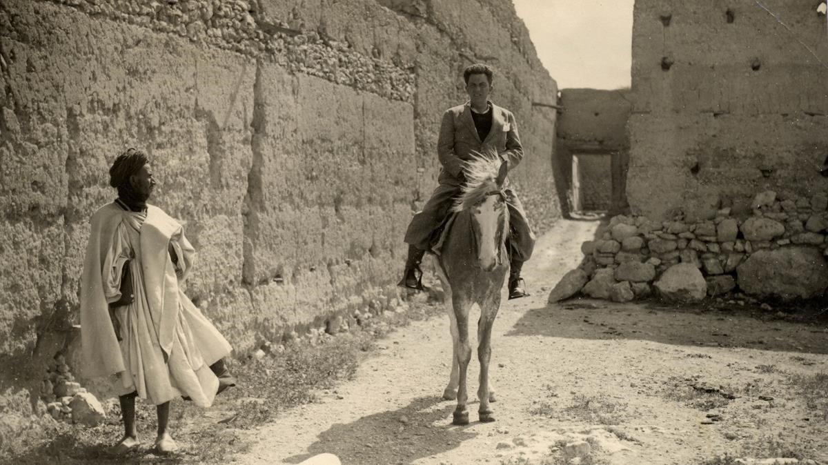 Manuel Chaves Nogales, en Sidi Ifni, cubriendo un reportaje para 'Ahora' (1934).