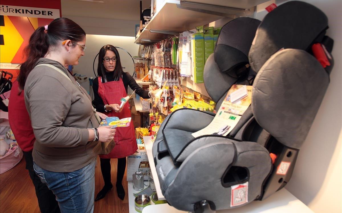 Una dependienta atiende a unaclientaen una tienda especializadaen sillas de retención infantil, en Barcelona.