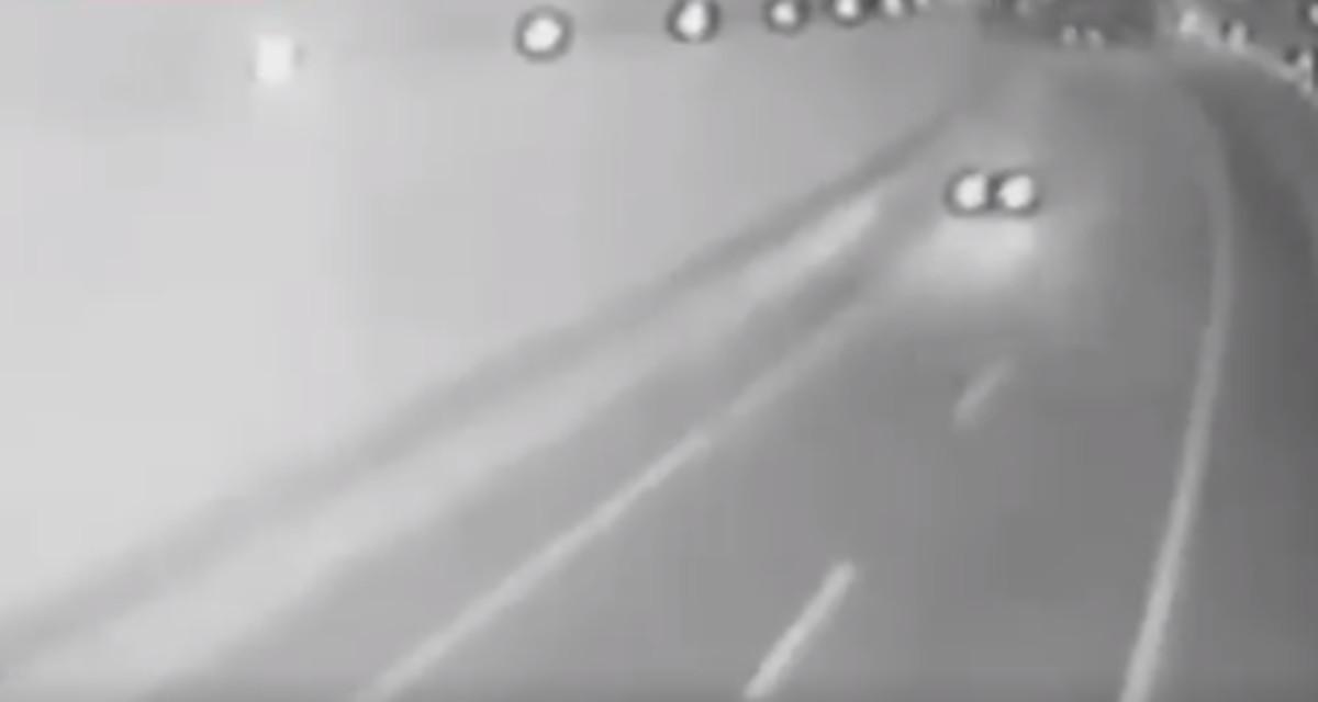 Imagen captada en la autovía A-8 por una cámara de Tráfico en la que se ve el vehículo circulando en sentido contrario instantes antes de la colisión.