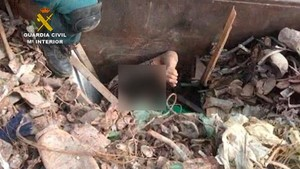 La Guardia Civil saca a uno de los inmigrantes ocultos bajo la chatarra.