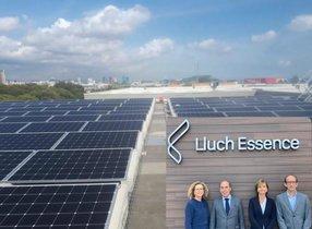 La instalación fotovoltaica instalada en Lluch Essence, conEva Lluch,Román Rousaud, Sofía Lluch y Josep Pratdesaba.