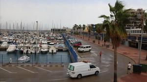 El vehículo de la funeraria llegando al puerto deportivo de Tarragona.