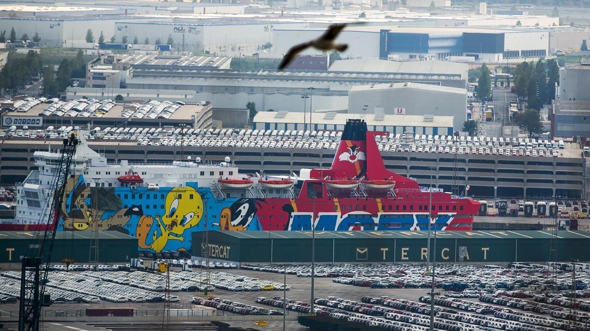 Barco con el dibujo de Piolín donde se aloja la Policia Nacional y la Guardia Civil atracado en el puerto de Barcelona