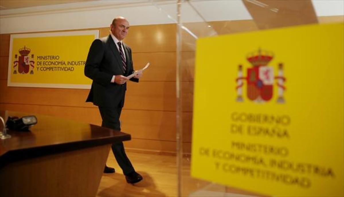 El ministro de Economía, Luis de Guindos, durante la rueda de prensa para informar de su candidatura, ayer.
