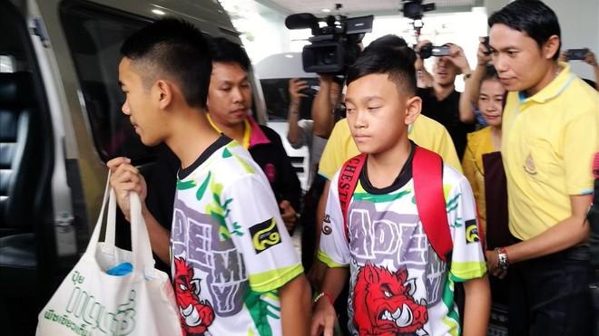 Los niños rescatados de una cueva en Tailandia alistan viaje a Argentina
