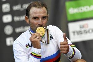 Alejandro Valverde besa la medalla de campeón del mundo.