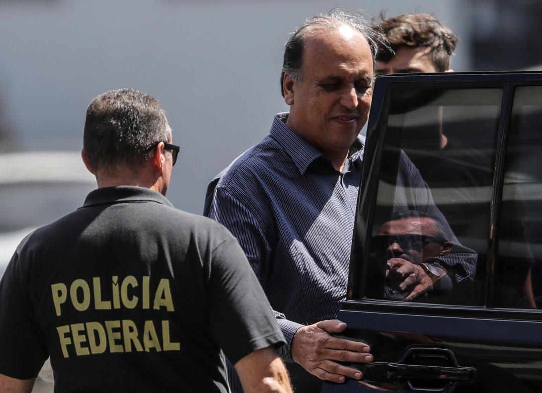 El gobernador del estado brasileno de Rio de JaneiroLuiz Fernando Pezaoes arrestado por la Policia Federal.Pezao esta acusado de recibir sobornos y su detencion hace parte de la Lava Jatola mayor operacion contra la corrupcion en la historia de Brasil.EFE Antonio Lacerda