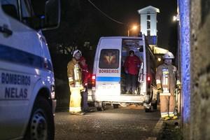 Bomberos y personal de emergencias en Vila Nova de Rainha.