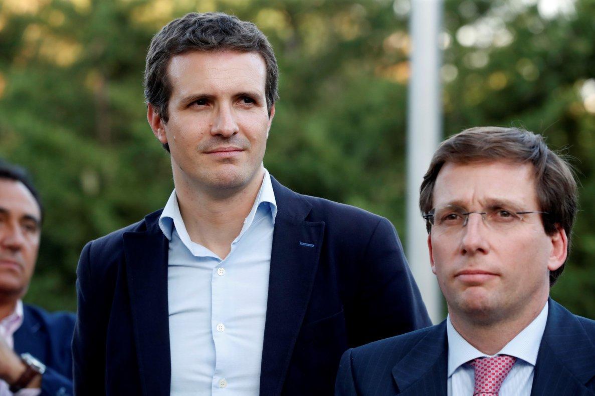 El presidente del Partido Popular, Pablo Casado (i), y elalcalde de Madrid, José Luis Martínez-Almeida (d).