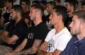 Imagen de una reunión de AFE con los jugadores del Atlético Koke (i) y Saúl.