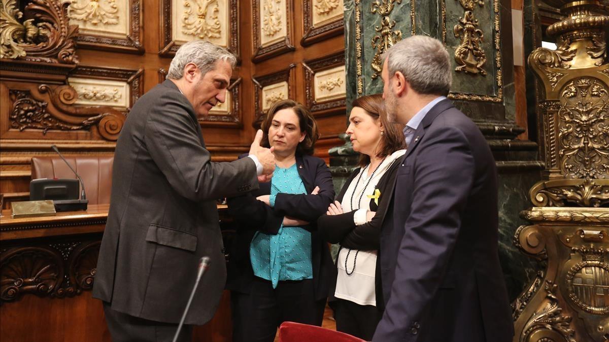 Colau habla con Recasens y Collboni minutos antes del pleno.