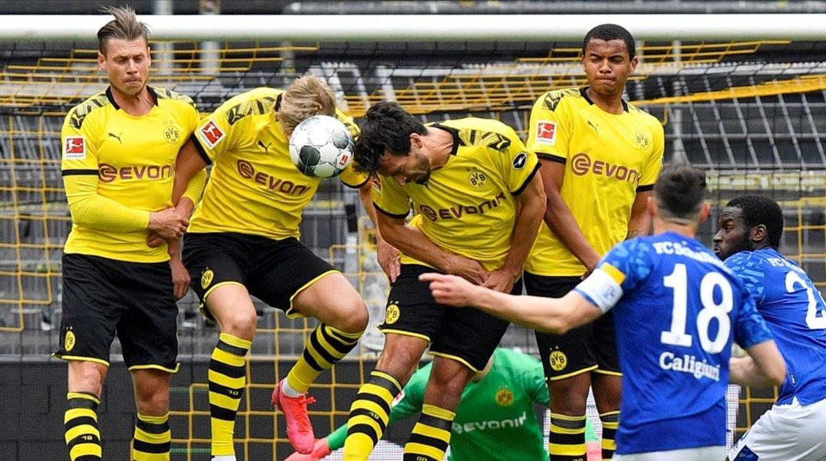 Acción en el área pequeña durante el partido Borussia Dortmund-Schalke 04, del pasado sábado en el regreso de la Bundesliga.