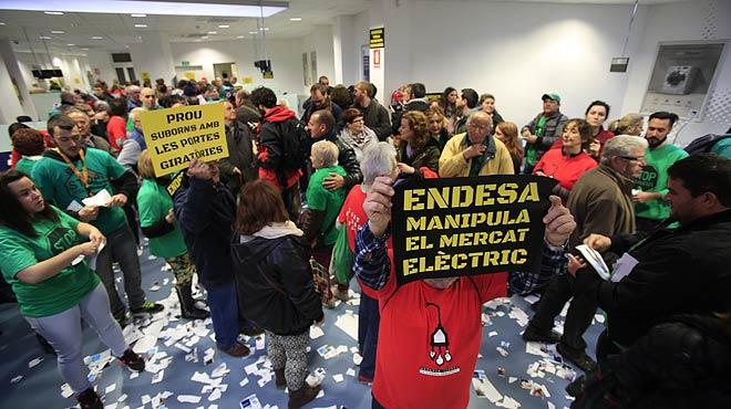 Protesta ciudadana contra el corte de luz por impago de facturas - Oficinas de endesa en barcelona ...