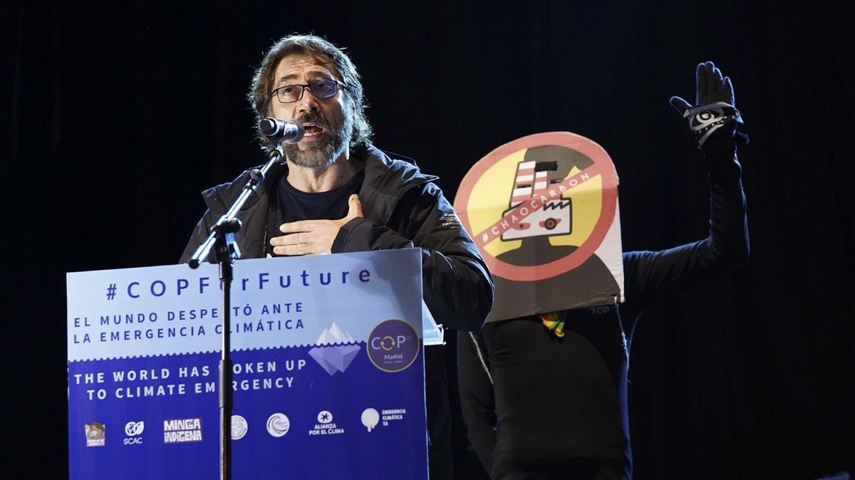 El actor Javier Bardem,durante la lectura del manifiesto que ha cerrado la marcha por el clima de Madrid, elviernes.