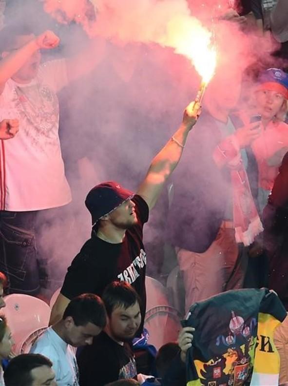 Un aficionado ruso con la bengala que ha introducido en estadio de Lille en el partido frente a Eslovaquia.