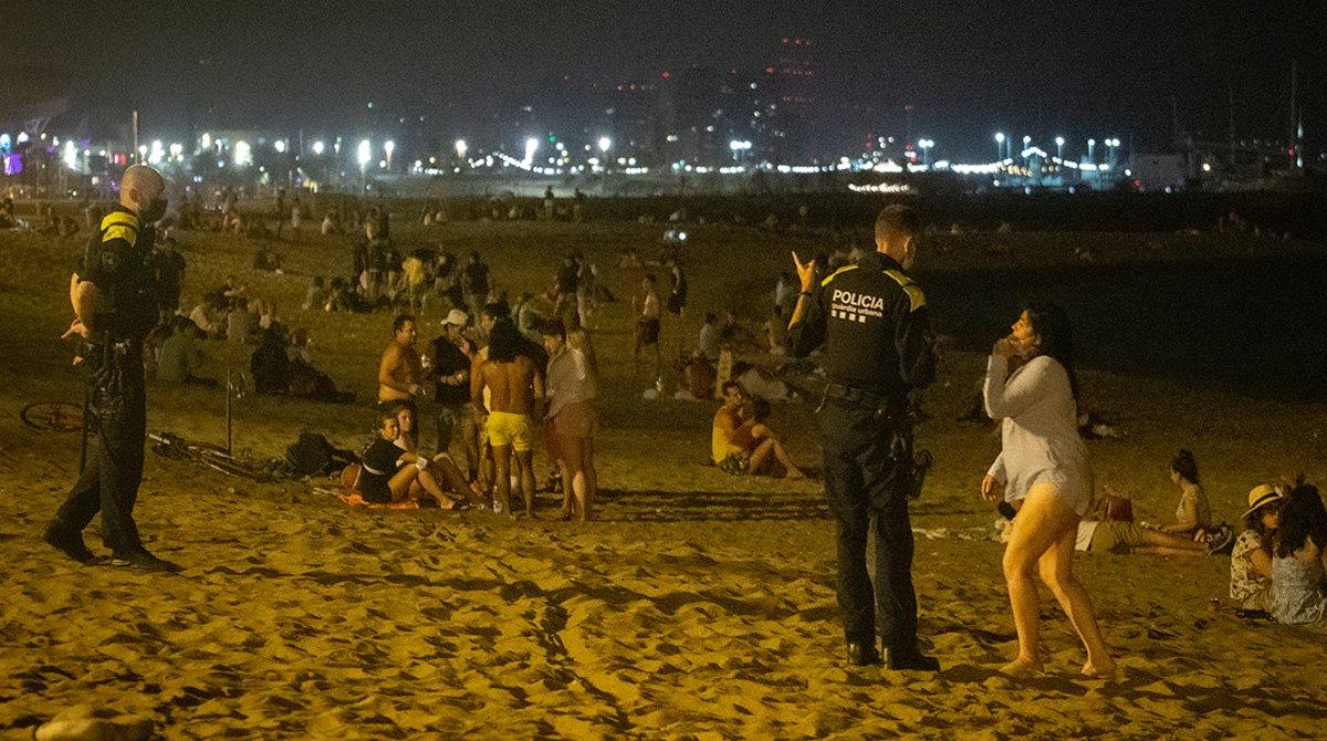 Agentes de las Guardia Urbana patrullan por las playas de Barcelona para impedir botellones nocturnos, el pasado 23 de julio.