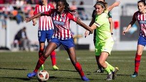 Aissatou Tounkara, del Atlético de Madrid, pelea un balón perseguida por la azulgrana Mariona Caldentey, en febrero pasado.