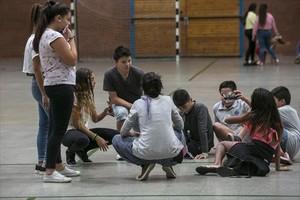 Alumnos de la ESO de El Til·ler en el centro de deportes del Bon Pastor, ayer