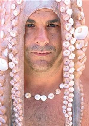 Ángel León con un pulpo del Estrecho en la cabeza.