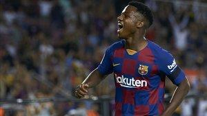 Ansu Fati disputando un partido de liga con el Barça ante el Valencia.
