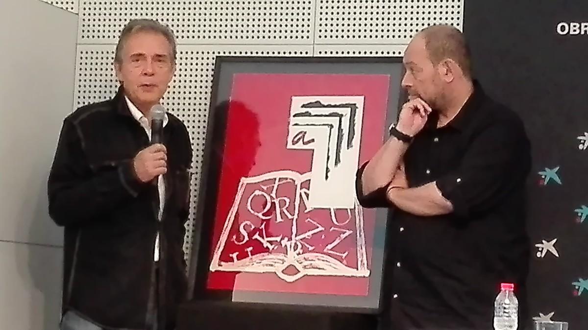 El artista Joan-Pere Viladecans (izquierda), mostrando el cartel que ha realizado para la Setmana del Llibre en Català, junto a su presidente, Joan Sala.