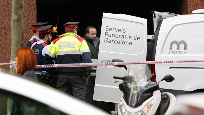 La policía investiga la muerte de un hombre, de forma violenta, en el número 125 de la calle Comte dUrgell de Barcelona.